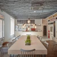 במסעדה זו המעצב השתמש ברצועות שחורות ליצור תקרה צפה
