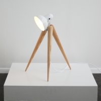 מנורת שולחן בעלת שלוש רגלי