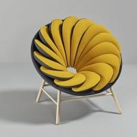 כורסא עם 14 כריות חופפות אחת