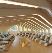 חלל מרשים של ספריה עירונית