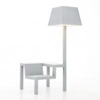 כסא, שולחן ומנורה באובייקט אחד