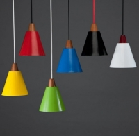 מנורות תליה עשויות משילוב של עץ ואלומיניום
