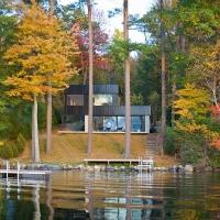 בית קיט עם נוף פסטורלי על אגם