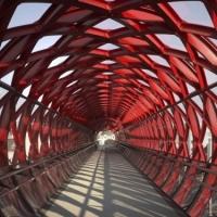 גשר להולכי רגל העובר מעל פסי רכבת