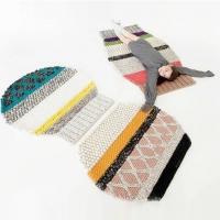 שטיח בדוגמאות סריגה של בגדים