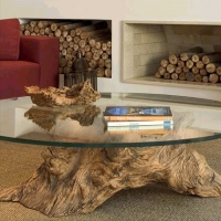 שולחן מזכוכית עם בסיס של גזע עץ