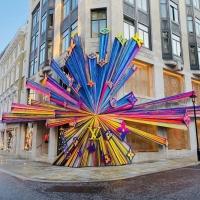 חלון ראווה מדהים לכבוד הפתיחה של החנות החדשה של לואי ויטון ברחוב בונד בלונדון.