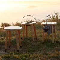 משפחה של כסאות עץ עם ידיות ש