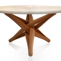 שולחן עשוי משכבות של במבוק