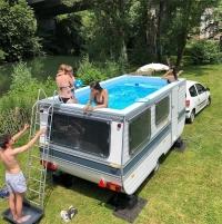 האמן הצרפתי בנדטו בופאלינו חושף את פרויקט מכונית-הפכה-למשהו-אחר: בריכת קראוון ניידת