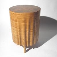 שולחן עץ עשוי שכבות של דיקט