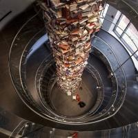 מגדל של 15 אלף ספרים שכולם עו